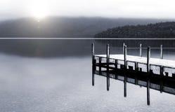 Stillsam fridsam sjö med det bryggaNya Zeeland begreppet fotografering för bildbyråer
