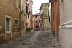 Stillsam gata i centret av Izola royaltyfri fotografi