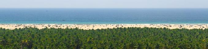Stillsam panorama för himmel, för hav, för sand och för djungel för avkoppling arkivbild