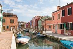 Stillsam plats av kanalen på ön av Burano Arkivbild
