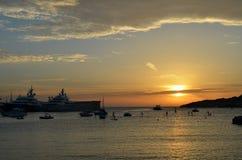 Stillsam port i den Mediterranen solnedgången Royaltyfri Fotografi