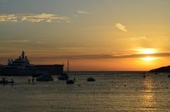 Stillsam port i solnedgången Arkivfoto