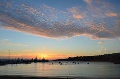Stillsam port i solnedgången med att bedöva himlar Arkivbilder