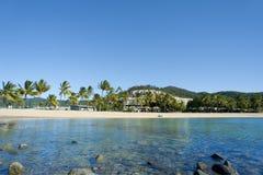 Stillsam sikt av den Airlie stranden, Queensland Royaltyfri Fotografi