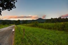 Stillsam solnedgång på en väg för gammalt land Royaltyfria Foton