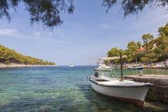 Stillsam strandlagun på den Hvar ön, Kroatien royaltyfri foto