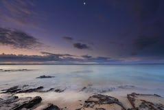 Stillsamma ögonblick på skymning på stranden i Jervis Bay Royaltyfria Bilder