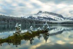Stillsamma två Jack Lake, Banff Royaltyfria Bilder