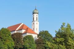 Stillsamt bayerskt landskap i lilla staden Schongau med den forntida kyrkan Arkivfoto