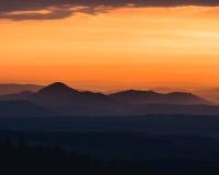 Stillsamt landskap av bergkonturer under soluppgång royaltyfria bilder