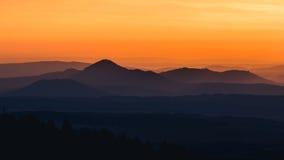 Stillsamt landskap av bergkonturer under soluppgång royaltyfri bild