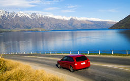 Stillsamt landskap av bergskedja utöver vägen fotografering för bildbyråer