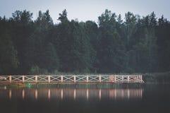 Stillsamt landskap vid sjön Arkivbilder