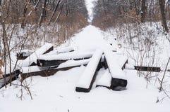Stillstand auf der alten verlassenen schneebedeckten Eisenbahn Winter Stockbild