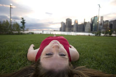 Stillstehen auf dem Gras lizenzfreie stockfotos