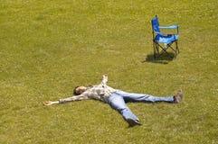 Stillstehen auf dem Gras stockbild