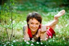 Stillstehen auf dem Gras Lizenzfreies Stockbild