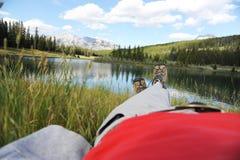 Stillstehen auf einem Gras Stockfotografie