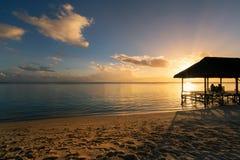 Stillstehen auf Fernparadies bei Sonnenuntergang Lizenzfreie Stockfotografie