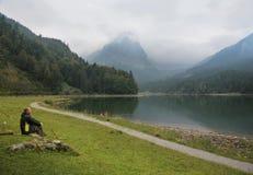 Stillstehen in den Schweizer Alpen stockbild