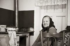 Stillstehen der alten Frau lizenzfreie stockfotos