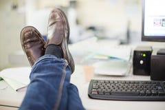Stillstehen im Büro Lizenzfreie Stockfotografie