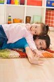 Stillstehen mit zwei Kindern Lizenzfreies Stockbild
