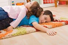 Stillstehen mit zwei Kindern lizenzfreie stockfotografie