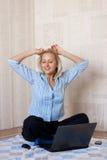Stillstehen nach lächelnder Frau der Arbeit Stockfotografie