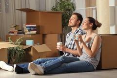 Stillstehende atmende Frischluft des glücklichen Paars bewegliches Ausgangs stockfotografie
