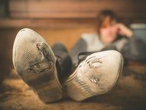 Stillstehende Füße der Frau auf Tabelle Stockfoto