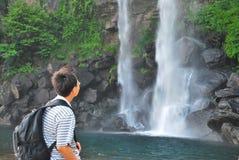 Stillstehende Frontseite des Mannes eines Wasserfalls Stockbilder