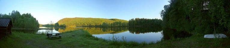 Stillstehende Hütte am Rand des schwedischen Flusses Naemforsen Lizenzfreies Stockfoto