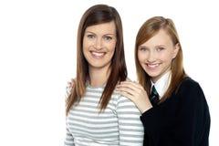 Stillstehende Hände der Tochter auf Mutterschultern Stockfoto