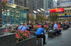 Stillstehende Leute Broadway und 50. Straße Lizenzfreie Stockfotografie