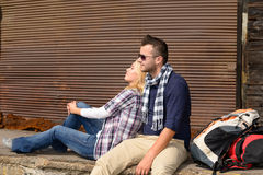 Stillstehende müde sitzende Reise des Rucksacks der Paare Reise Lizenzfreie Stockfotografie