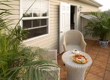 Stillstehende Stühle auf der Veranda Stockbild