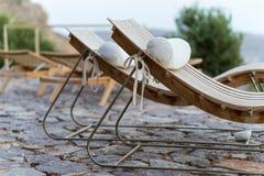Stillstehende Stühle am Luxus-Resort Stockbild