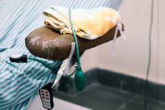 Stillstehende Station der Blutsammlung mit Blutdruckmanschette an der Handauflage stockfotografie