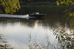 Stillstehende und segelnde Leute Sommerstrand auf einer der Banken von Fluss Desna Oster, Ukraine Juny 17, 2017 Lizenzfreies Stockbild
