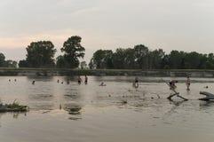 Stillstehende und segelnde Leute Sommerstrand auf einer der Banken von Fluss Desna Oster, Ukraine Juny 17, 2017 Lizenzfreie Stockfotografie