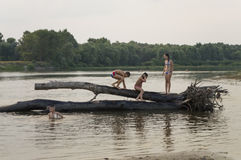 Stillstehende und segelnde Leute Sommerstrand auf einer der Banken von Fluss Desna Oster, Ukraine Juny 17, 2017 Stockfoto