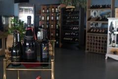 Stillstehende Weinflaschen gestapelt auf Holzregalen im Keller stockfoto