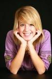 Stillstehender Kopf des blonden Mädchens auf Händen Stockfotos