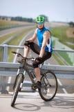 Stillstehender Radfahrer lizenzfreie stockfotos