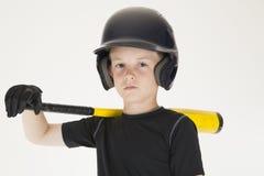Stillstehender Schläger des Jungenbaseball-spielers auf seinem intensives Fa der Schulter Stockbild