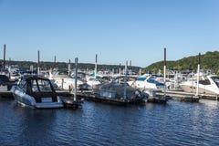 Stillwater Minnesota - September 9 2017: Snabba motorbåtar som parkeras på en sväva skeppsdocka Arkivfoto