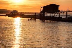 Stilt dom nad morzem przy zmierzchem Fotografia Royalty Free
