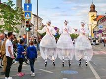 Stilt piechura czarodziejki witają ludzi na ulicach Obrazy Stock