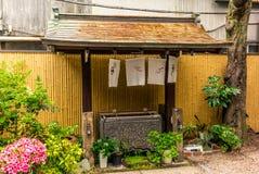 Stilte bij het waterbassin bij de ingang van een heiligdom in Japa stock fotografie